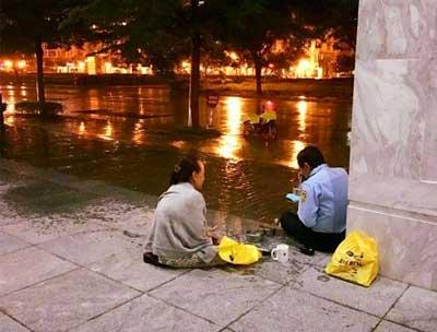 Tình yêu giản dị: Người vợ đội mưa mang cơm tới cho chú bảo vệ